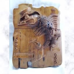 Peixe Entalhado com arma em madeira nobre