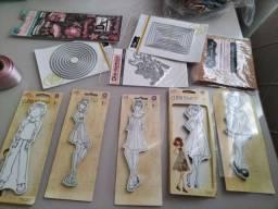 Scrapbook kit com diversos itens.
