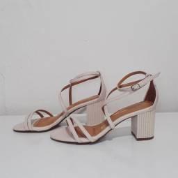 Sandália com salto