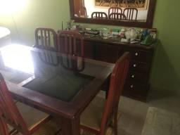 Mesa com 6 cadeiras e estante com espelho.