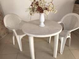 Vendo uma mesa c/ duas cadeiras