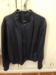 Duas jaquetas de couro tamanho médio