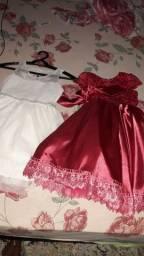 Vendo esse dois vestidos de festa motivo ñ serve mas na minha filha