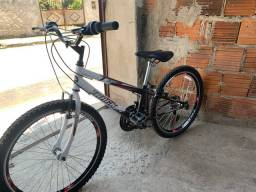 Bicicleta preta e branca aro 24