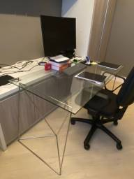 Título do anúncio: Mesa de escritório - Tok Stok - Cavaletes de Metal e Tampo de Vidro