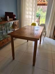 Mesa de madeira com selo de países