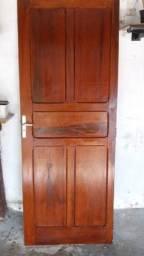 Título do anúncio: Porta de madeira muito bem conservada e envernizada 2,10 x 80