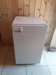 Vendo frigobar geladeira 110 volts em bom estado tem 88 por 50 sou de São Leopoldo