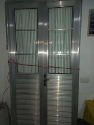 Título do anúncio: Porta de alumínio com janelas de vidros