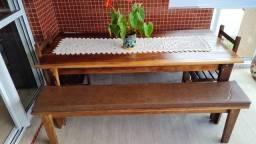Mesa de imbuia maciça de 2,00 X 1,00 com dois bancos e duas cadeiras.
