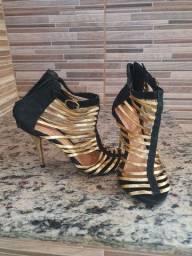 Sandália preta e dourada