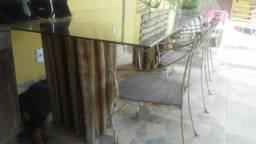 Mesa com base de madeira bruta e tampo de vidro linda...