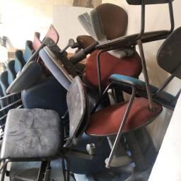Título do anúncio: Lote de cadeiras alguma tem que reformas valor para tudo 600 reais zap *