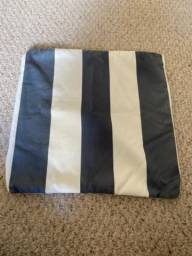 Capa de almofada listrada azul com branco