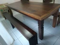 Mesa com pés trabalhados e 2 bancos