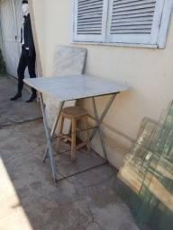 Mesa quadrada com tampo de mármore$ 80