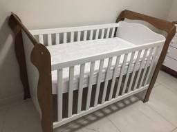 Quarto de bebê completo, guarda roupas, cômoda e berço americano que vira mini cama