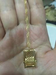 Gargantilha Dourada com Pingente