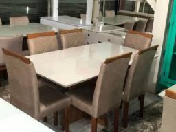 Mesa espaçosa e aconchegante de pintura Laka e cadeiras de madeira maciça