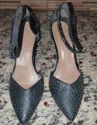 """Sapato feminino (""""couro de cobra"""") preto"""