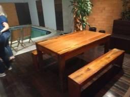 Mesa com 02 bancos em madeira