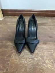 Título do anúncio: Scarpian salto 8 cm preto de courino tamanho 35