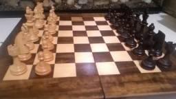 Xadrez em madeira com peças artesanais