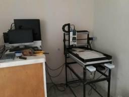 Máquina router escreve em Madeira e lápide
