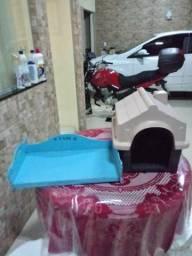 Casinha para cachorro média, cama azul muito linda e uma bolsa transporte canino