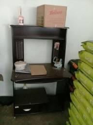Escrivaninhas e mesa para impressora