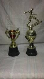 Vendo 2 troféus de plástico
