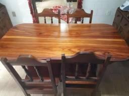 Mesa com 6 cadeiras de madeira maciça