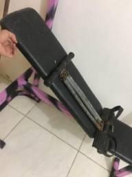Máquina de musculação com barra e máquina de malhar braço