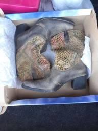 Título do anúncio: Dois pares de botas femininas n° 37