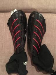 Título do anúncio: Vendo caneleira adidas com proteção de tornozelo
