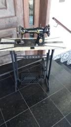 Máquina de costura antiga com cavalete de ferro fundido Leonan.