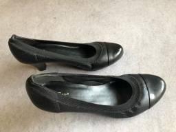Título do anúncio: Sapato em couro preto Mr Cat Tam 37