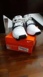 ab04bd1d5a Tênis Infantil Nike Team Hustle D8 Masculino - Branco e Preto Original
