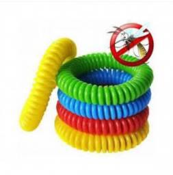 Pulseira repelente colorida em formato espiral.
