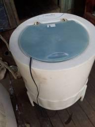 Máquina de lavar roupa. E geladeira.