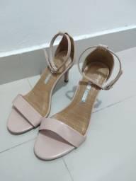 Vendo dois pares de sapatos femininos salto alto .