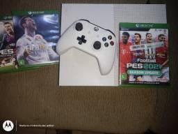 Xbox one com um controle novo e 3jogos de futebol inclusive um é 2021 PES