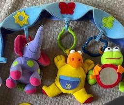 Mobile arco Tinylove com vários brinquedos