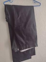 Uma calça masculino preta