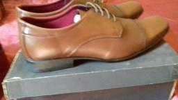Par de sapatos novo na caixa