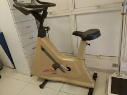 Título do anúncio: Bicicleta ergométrica profissional Life Fitness usada