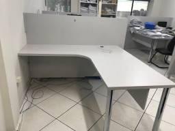 Mesa em L com painel