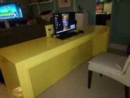 Movel em laca amarelo aparadouro podendo ser usado com escritorio home office