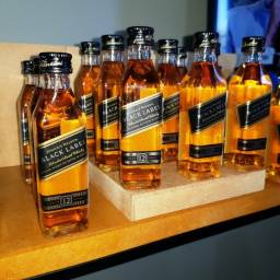 Título do anúncio: Miniatura Whisky Black Label 12 Anos - 50ml - Original, Lacrada e Licenciada