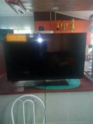 TV nova com tela trincada.